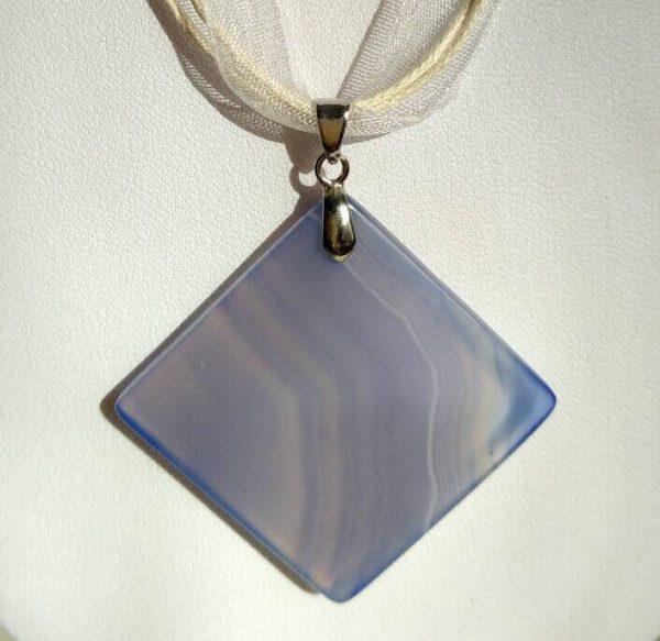 Náhrdelník s achátovým přívěskem, světle modrý * Agate pendant necklace, light blue