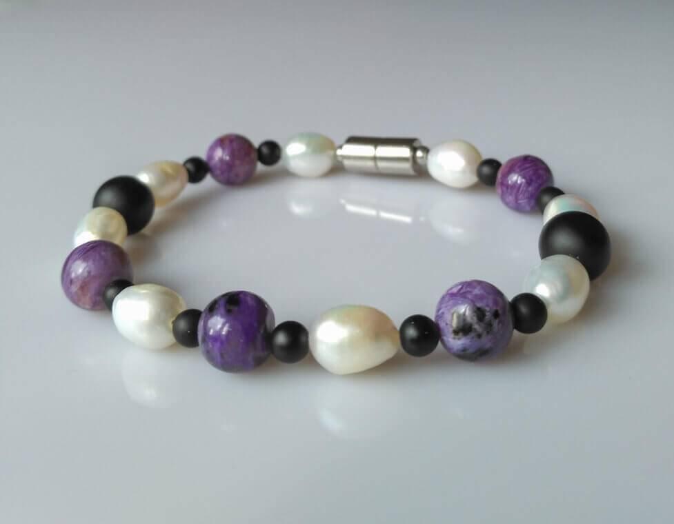 Náramek čaroit-perly-onyx * Bracelet from charoite, pearls, onyx