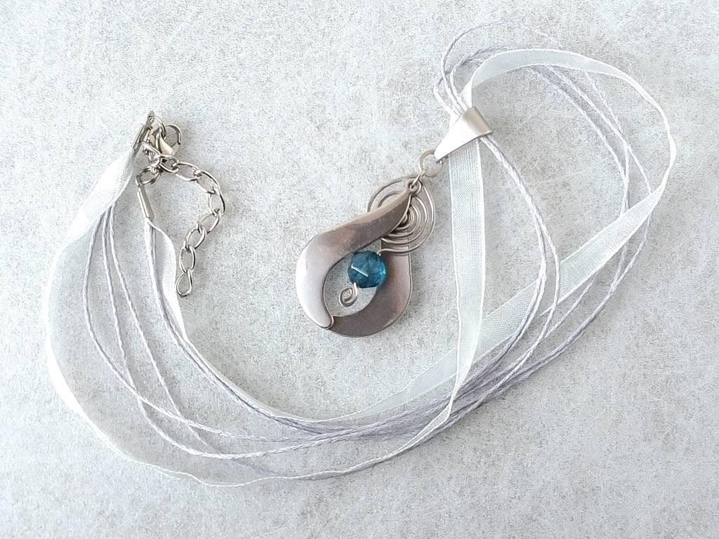 Náhrdelník s přívěskem kyanit * Kyanite pendant necklace