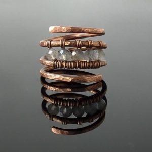 Měděný prsten s labradoritem * Copper ring with Labradorite