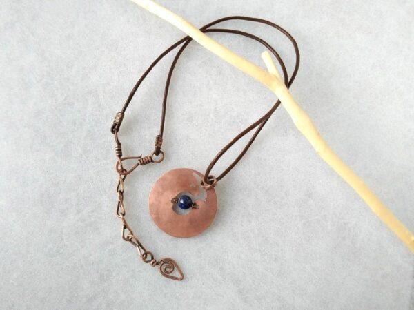 Měděný přívěsek s lapisem lazuli - vydra * Copper pendant with Lapis Lazuli bead- otter