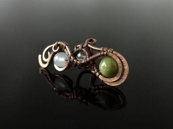 Záušnice z mědi s zeleným křemenem, achátem a křišťálem * Copper ear cuff with Green Quartz, Agate and Quartz Crystal